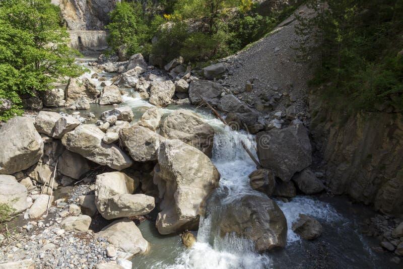 Cascade en Clue de Barles canyon de rivière de Bes près des bains I de les de Digne image stock