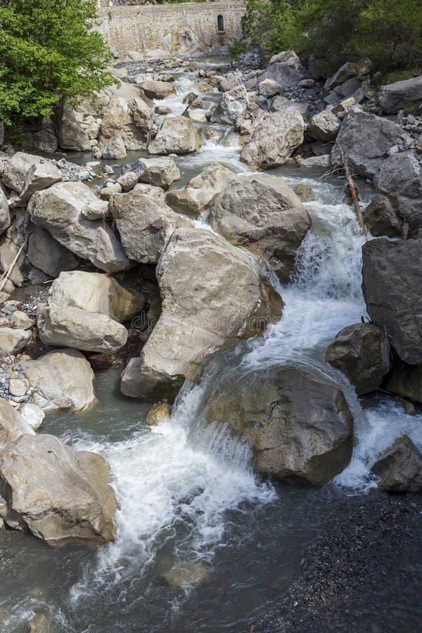 Cascade en Clue de Barles canyon de rivière de Bes près des bains I de les de Digne photos libres de droits