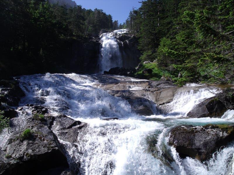 Cascade en montagne française images libres de droits