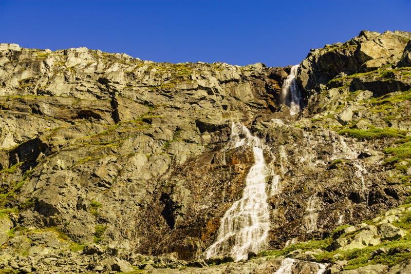 Cascade en montagnes Itin?raire norv?gien Sognefjellet photo libre de droits
