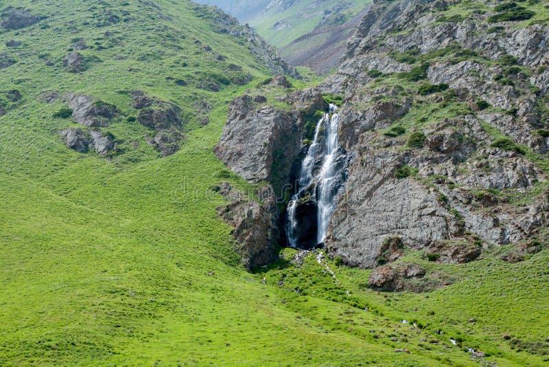 Cascade en ravin de Kegety, Kirghizistan photographie stock