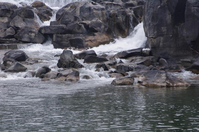 Cascade en rotsachtige stroom bij de Dalingen van Idaho stock afbeeldingen