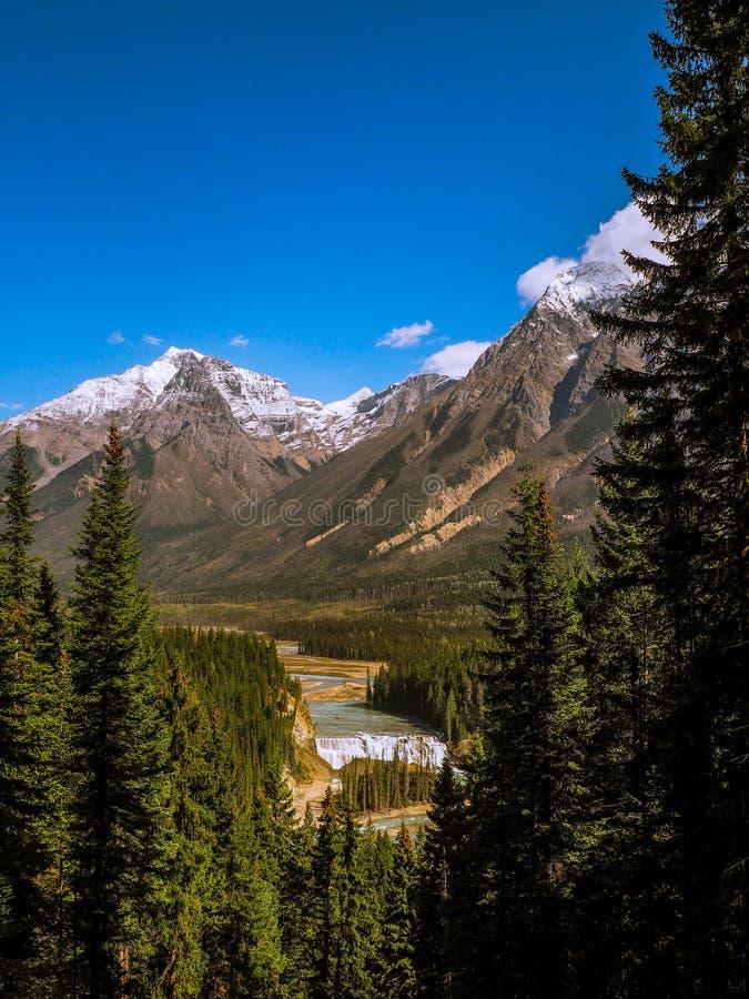 Cascade entre des montagnes images libres de droits