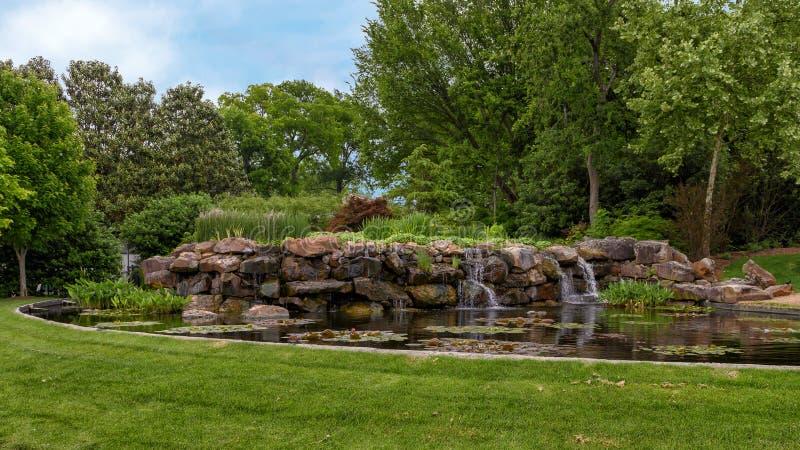 Cascade et étang dans Dallas Arboretum et le jardin botanique photographie stock