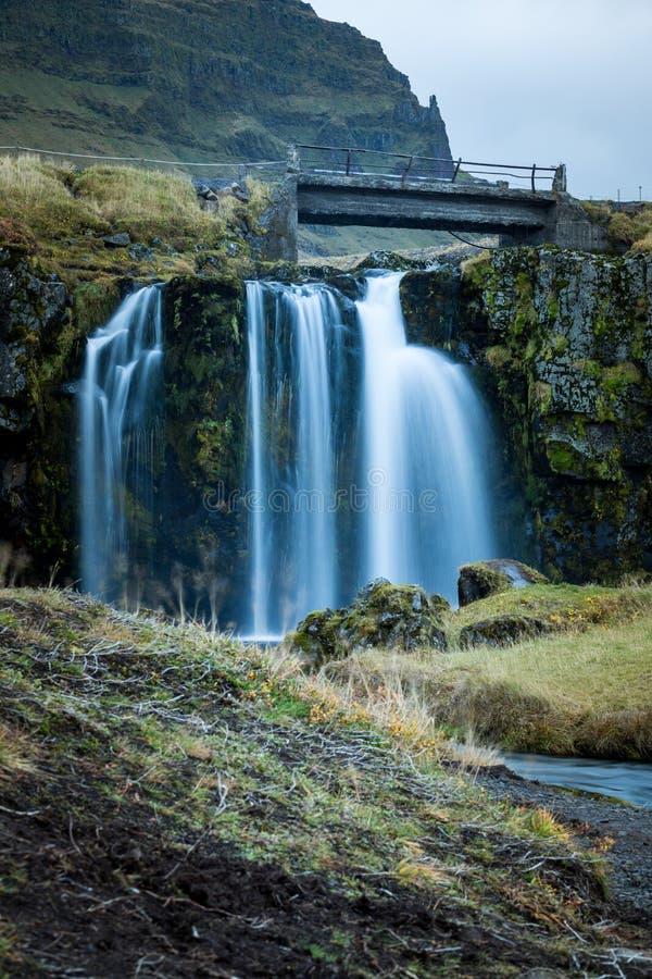Cascade et belle vue à la montagne de kirkjufell en Islande l'Europe photographie stock libre de droits