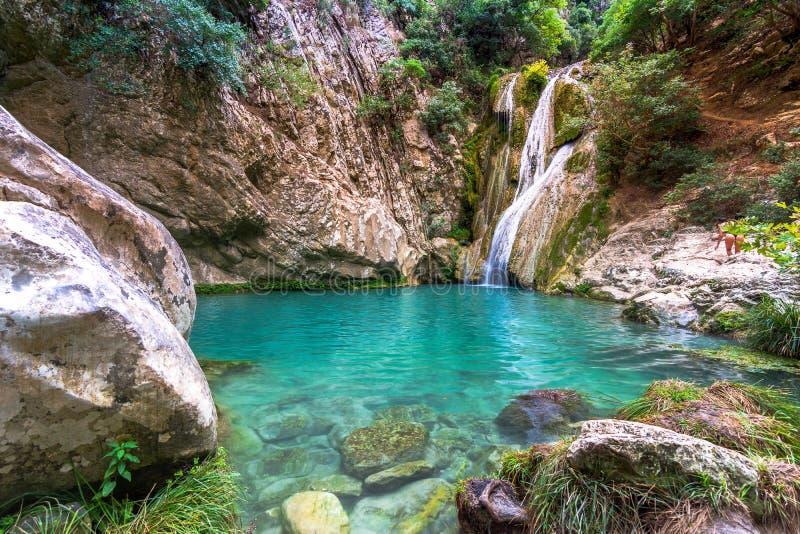 Cascade et lac naturels dans la région de Polilimnio en Grèce images libres de droits