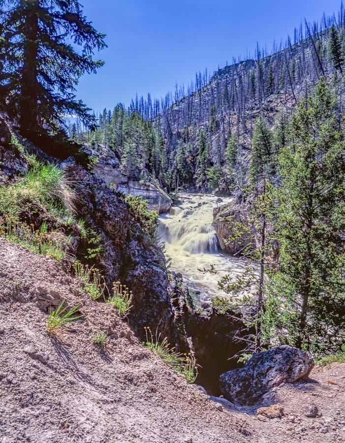 Cascade et montagnes magnifiques photo stock