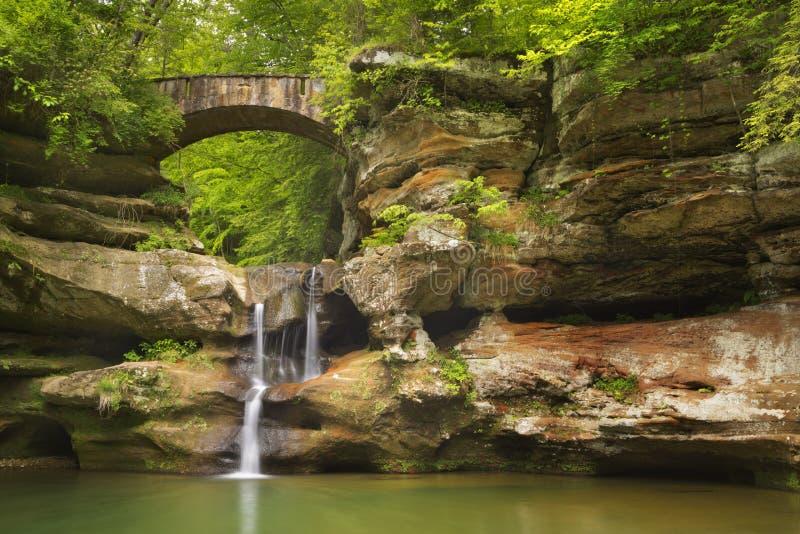 Cascade et pont en parc d'état de collines de Hocking, Ohio, Etats-Unis photo stock