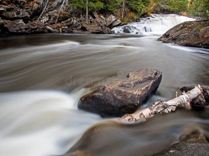 Cascade et rapide au parc provincial de descendeurs d'Egan photographie stock