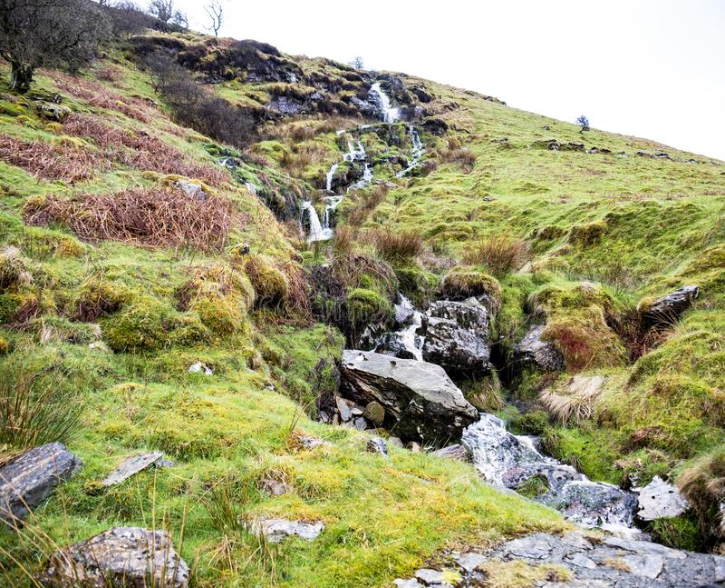 Cascade et rivière au domaine de Ystad Ybytsy au Pays de Galles - au Royaume-Uni image libre de droits