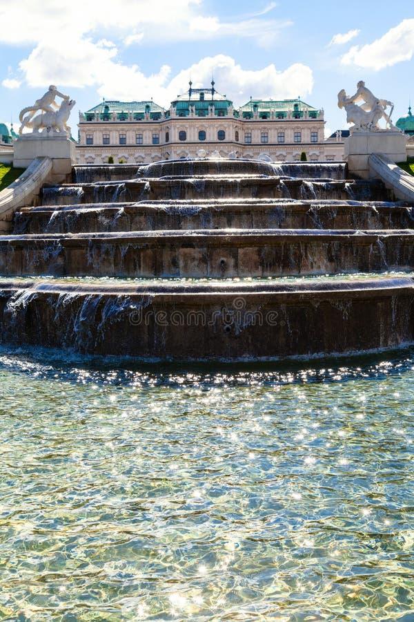 Cascade et vue de palais supérieur de belvédère, Vienne photo stock