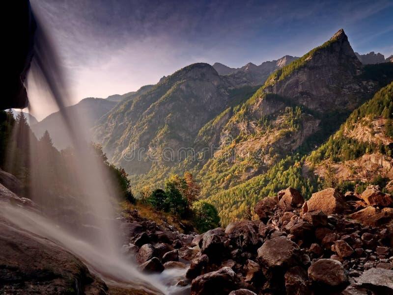 Cascade Fleuve rapide de montagne Rivière de montagne d'eaux de plus près de la source La rivière de Tumnin images stock