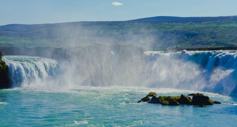 Cascade islandaise en Islande, Godafoss, belle vue vibrante de photo de panorama d'été photographie stock libre de droits