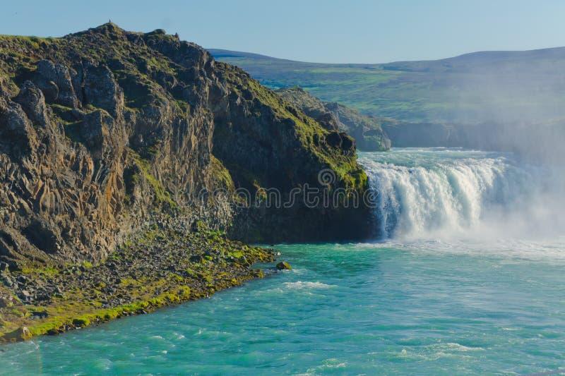 Cascade islandaise en Islande, Goddafoss, belle vue vibrante de photo de panorama d'été photographie stock
