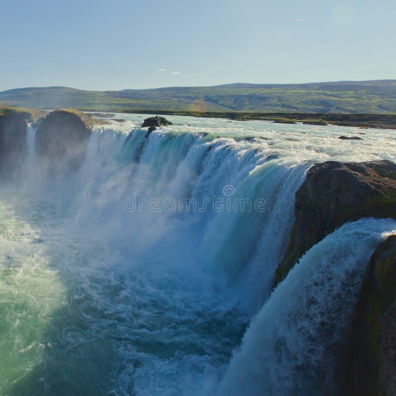 Cascade islandaise en Islande, Skogafoss, belle vue vibrante de photo de panorama d'été photos libres de droits