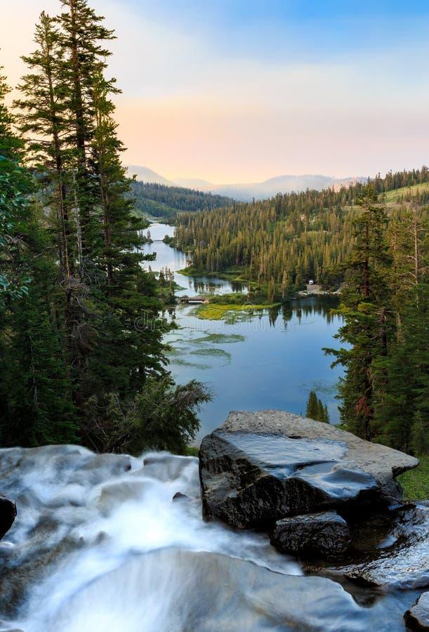 Cascade jumelle de lacs au lever de soleil photographie stock