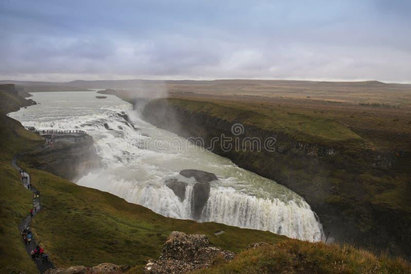 Cascade magnifique énorme puissante parmi la vaste étendue images libres de droits