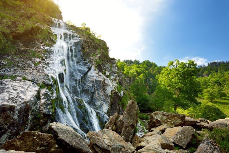 Cascade majestueuse de l'eau de cascade de Powerscourt, la plus haute cascade en Irlande photographie stock libre de droits