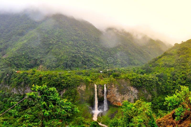 Cascade Manto de la Novia en Banos de Agua Santa photographie stock libre de droits
