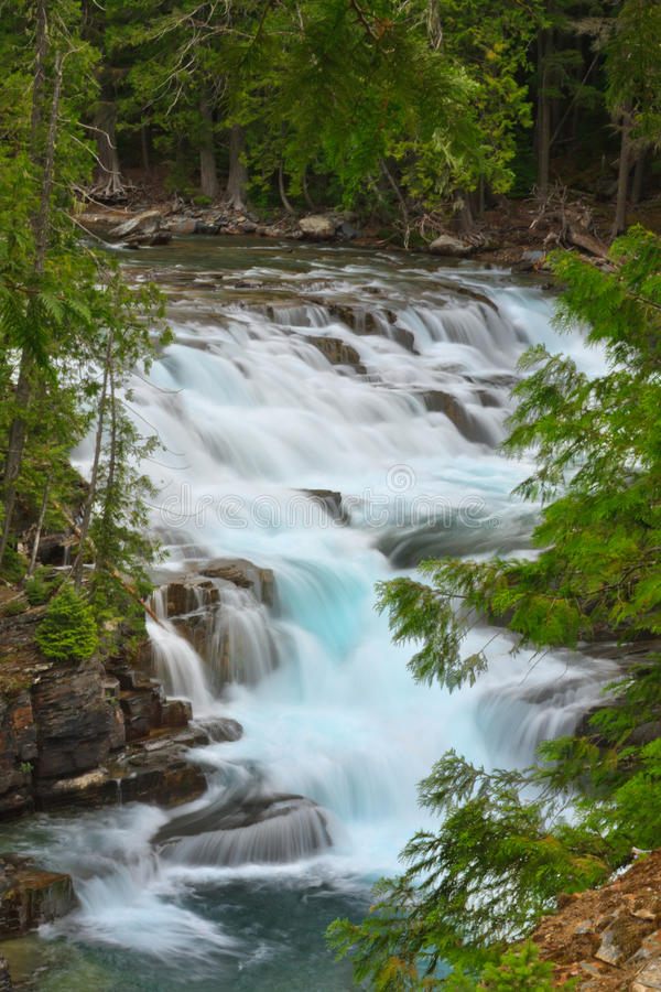 Cascade op McDonald Kreek, het Nationale Park van de Gletsjer. royalty-vrije stock foto