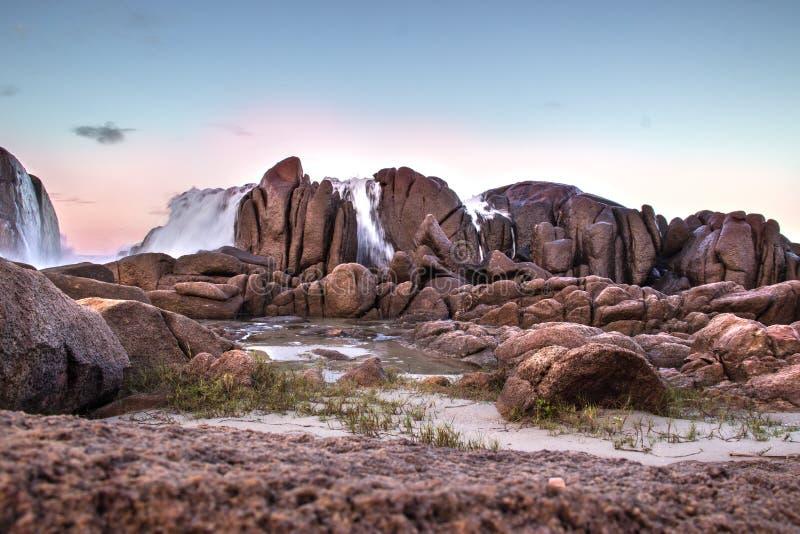 Cascade parmi les roches images stock