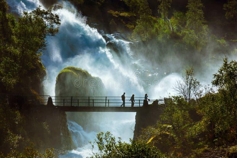 Cascade près de glacier de Briksdal - Norvège photographie stock