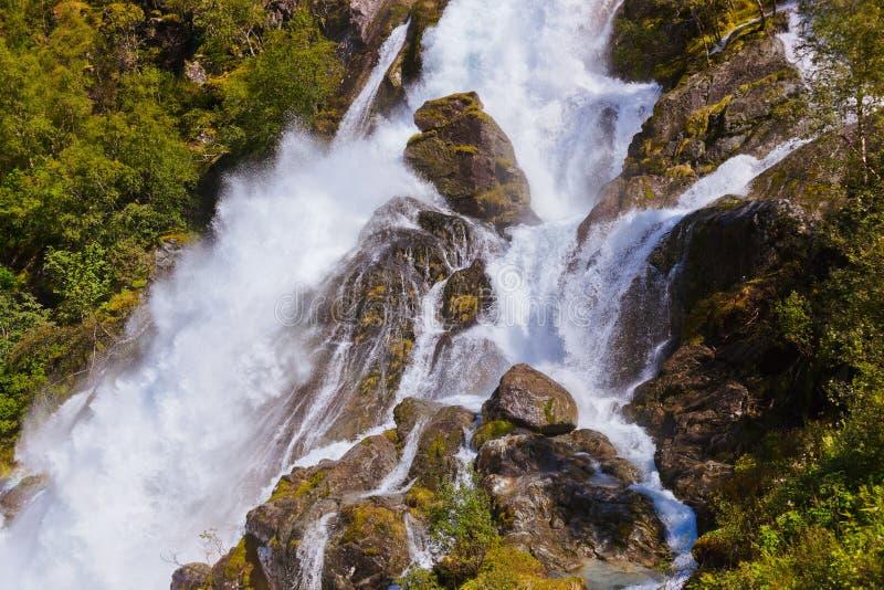 Cascade près de glacier de Briksdal - Norvège image stock
