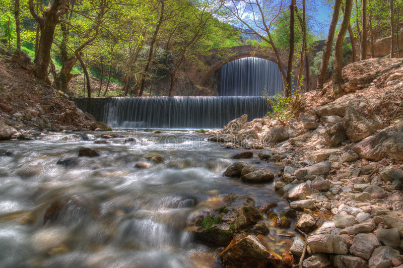 Cascade près de Trikala, Grèce - photo de ressort photos libres de droits
