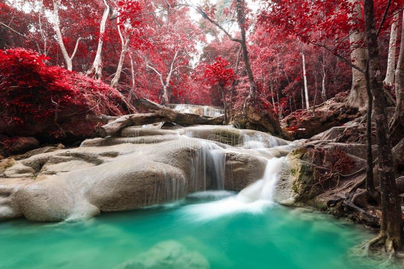 Cascade profonde de forêt au parc national Kanchana de cascade d'Erawan image stock