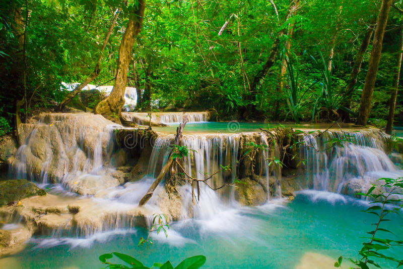Cascade profonde de forêt au parc national Kanjanab de cascade d'Erawan photo stock