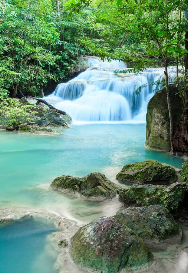 Cascade profonde de forêt au parc national Kanjanab de cascade d'Erawan photos libres de droits
