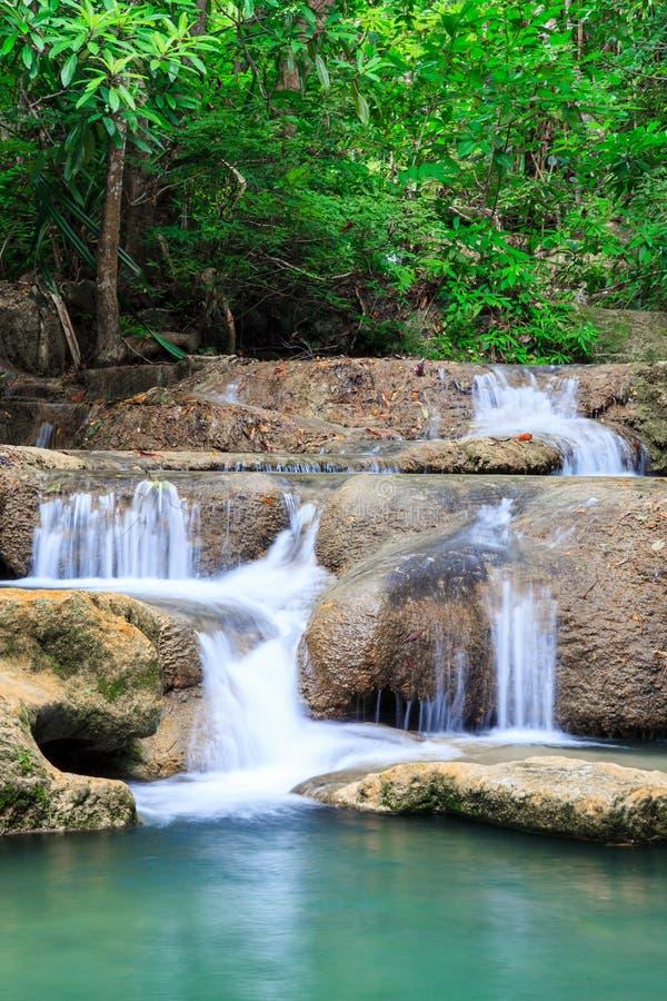 Cascade profonde de forêt au parc national Kanjanab de cascade d'Erawan photographie stock libre de droits