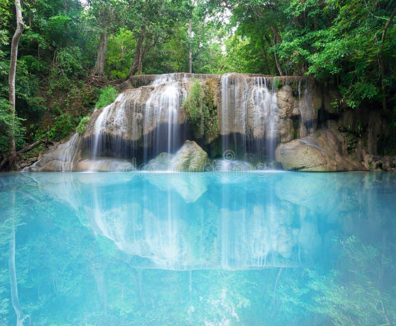 Cascade profonde de forêt au parc national Kanjanab de cascade d'Erawan photos stock