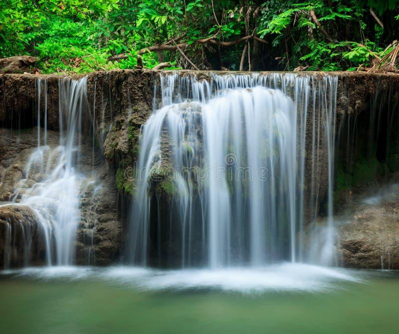 Cascade profonde de forêt en Huay Mae Kamin Kanjanaburi Thailand photographie stock libre de droits