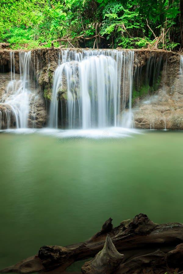 Cascade profonde de forêt en Huay Mae Kamin Kanjanaburi Thailand photo stock
