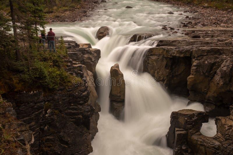 Cascade renversante dans le Canada photos stock