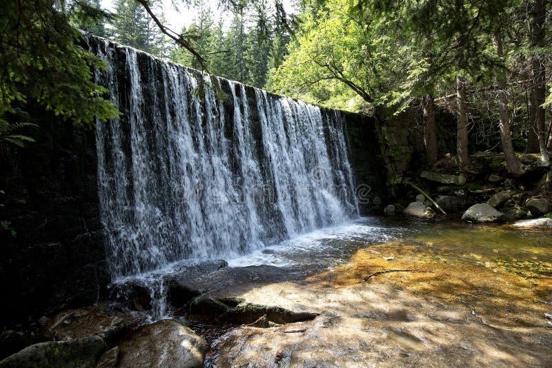 Cascade sauvage sur la rivière de Lomnica dans Karpacz photographie stock libre de droits