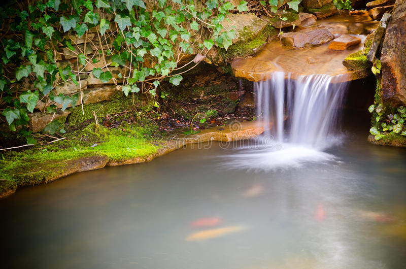 Cascade se renversant dans l'étang photo stock