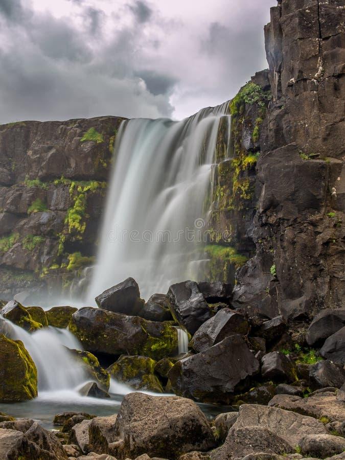 Cascade spectaculaire chez Tingvellir en Islande 1 photographie stock libre de droits