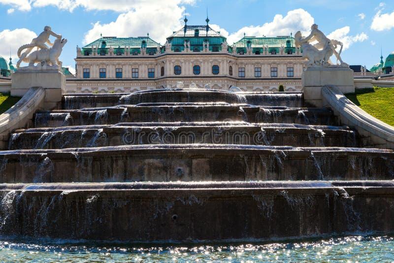 Cascade supérieure de fontaine et palais supérieur de belvédère photographie stock