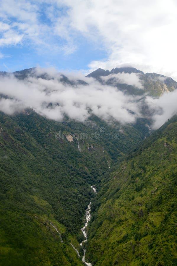 Cascade sur des montagnes photos stock