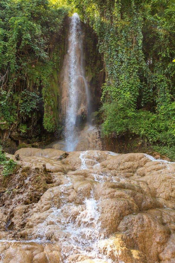 Cascade tropicale près de village de Hsipaw image libre de droits