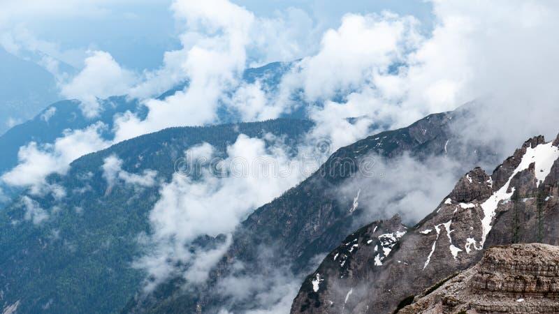 Cascade van bergen Mooi Landschap Bewolkt Weer Nationaal Park Tre Cime, Dolomiet, Zuid-Tirol Italië stock foto