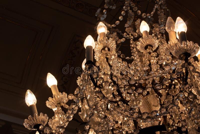 Cascade van kristallen in antieke kroonluchter, verdonkerde ruimte royalty-vrije stock foto's