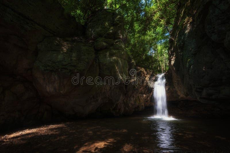 Cascades bleues de trou dans la réserve forestière cherokee images libres de droits
