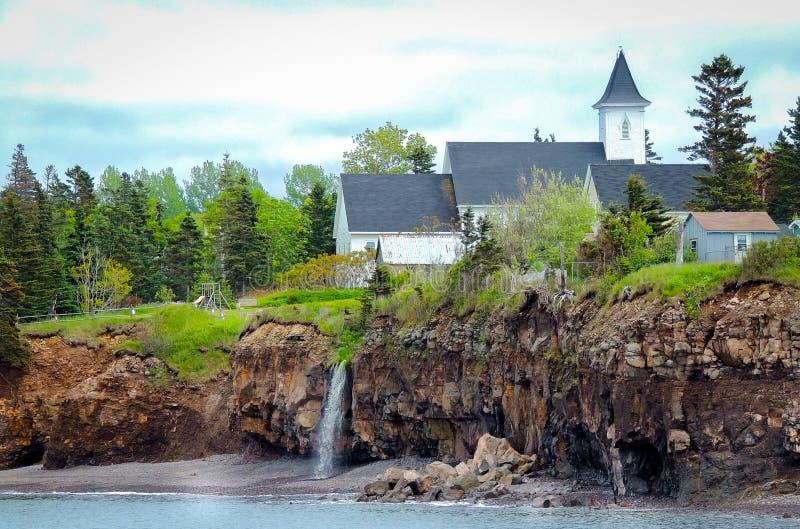 Cascades derrière une église Bord de Canada chez Margaretsville, baie de Fundy Marée basse en Nova Scotia photographie stock