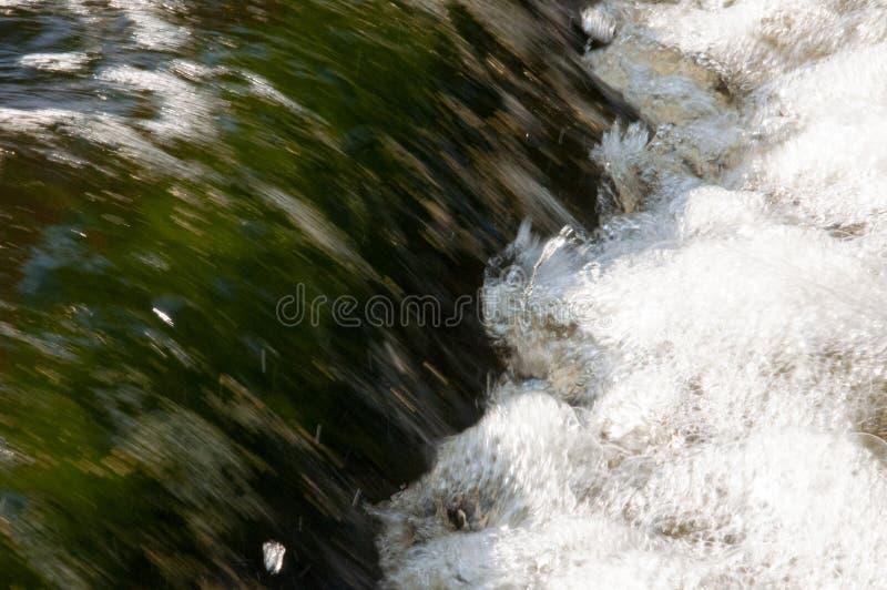 Cascades en été L'espace libre et l'eau douce tombent vers le bas Teintes de vert et de blanc Fotography a fait avec la longue te image stock