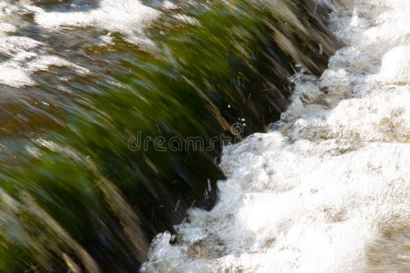Cascades en été L'espace libre et l'eau douce tombent vers le bas Teintes de vert et de blanc Fotography a fait avec la longue te image libre de droits