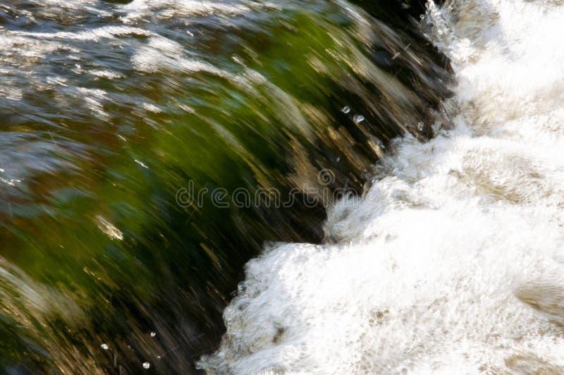 Cascades en été L'espace libre et l'eau douce tombent vers le bas Teintes de vert et de blanc Fotography a fait avec la longue te photo stock