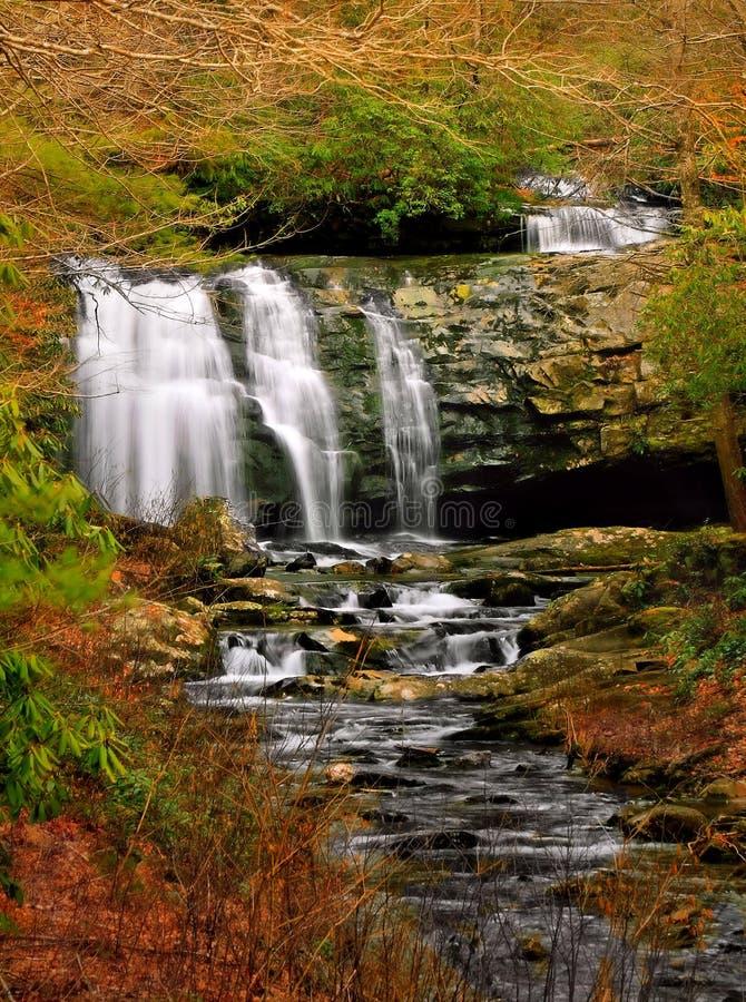 Cascades fumeuses de cascade de montagne photographie stock libre de droits